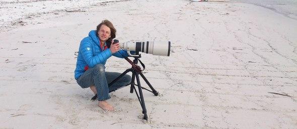na plaży z aparatem canon marek turysta
